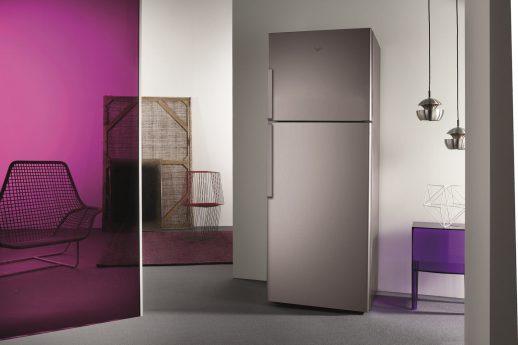 Kühlschrank geschlossen neben pinker Wand