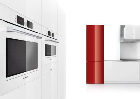 Roter Kühlschrank in weißer Küche