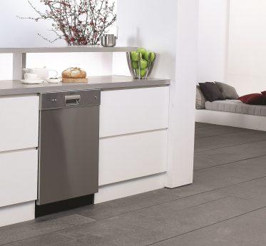 Weiße Küche mit Brot und Äpfeln und silber Spülmaschine