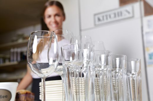 Gläser vor Kellnerin