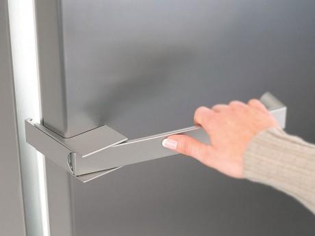 Frau öffnet Kühlschrank