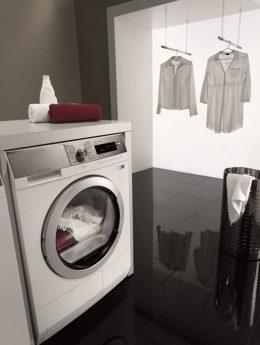 Waschmaschine und aufgehängte Wäsche
