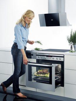 Frau backt Fleisch im Ofen