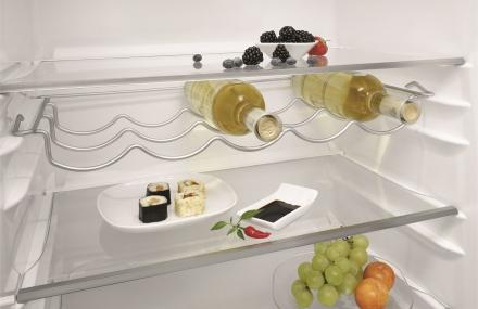 Weinhalter und SUshi in Kühlschrank
