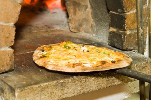 Pizza aus Steinofen