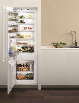 voller Kühlschrank und Salat