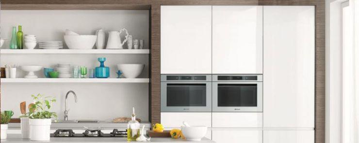 Saubere Küche mit 2 Backöfen und Pflanzen