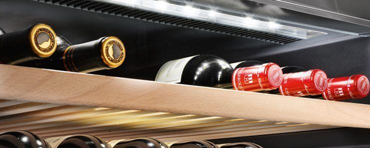 Weinflaschen auf Holzbrett