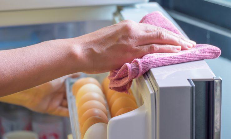k hlschrank reinigen so wird er richtig sauber bewusst haushalten. Black Bedroom Furniture Sets. Home Design Ideas