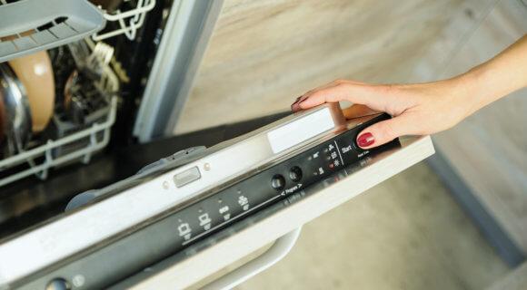 Geschirrspülmaschine wird eingeschalten (iStock-636683120)