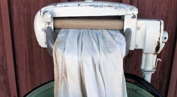 Waschen früher und heute hat nichts mehr gemeinsam: Zum Glück für uns heute! iStock-619061698