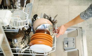 Der Geschirrspüler ist einer der wichtigsten Helfer in der Küche. Credit: iStock-628602390