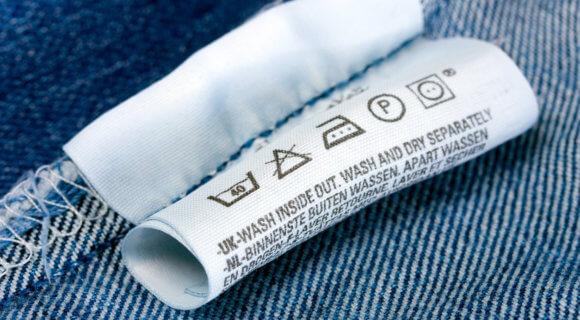 Pflegesymbole auf Jeans (iStock-120756282)