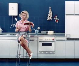 So sah eine Köchin in ihrer Küche in den 1960er Jahren aus.