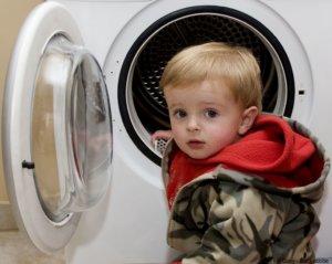 Kind mit Waschmaschine