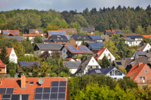 Dorf mit Solarpanels