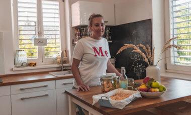 Die Nachhaltigkeitsbloggerin Littlebee in ihrer Küche