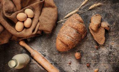 Brot, Eier und Milch auf einer Arbeitsplatte
