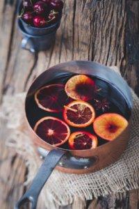 Ein Topf mit Orangenpunsch