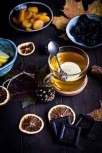 Eine Tasse mit alkoholfreiem Punsch und Trockenfrüchten