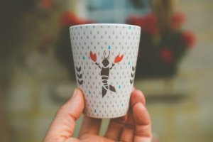 Kaffeebecher aus Bambus mit buntem Dekor