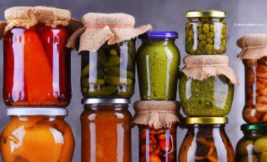 Einmachgläser mit Obst und Gemüse