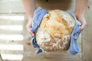 Ein Brotlaib in einem Geschirrtuch