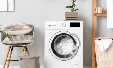 ein moderner, hygienischer Waschraum mit Waschmaschine