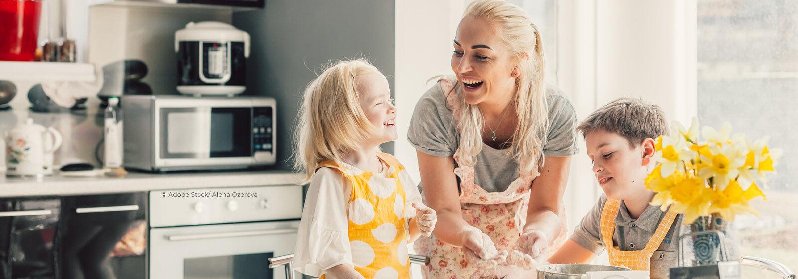 Frau mit Kindern beim gemeinsamen Kochen