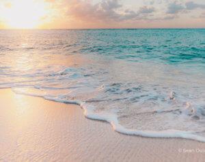 Idyllischer Sandstrand im Sonnenuntergang