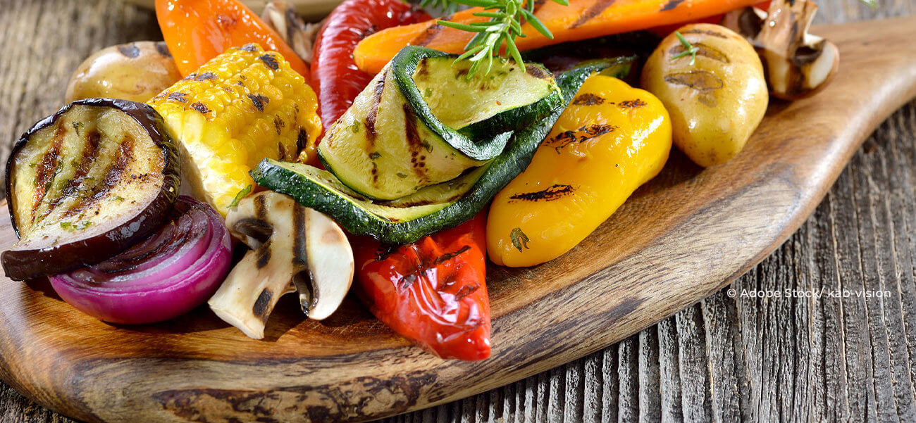 Veganes gegrilltes Gemüse auf einem Brett