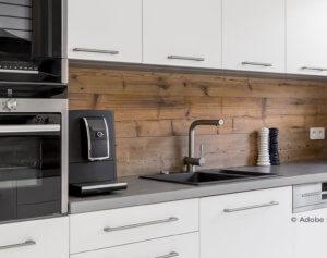Eine moderne Küche mit Backofen und Dampfgarer
